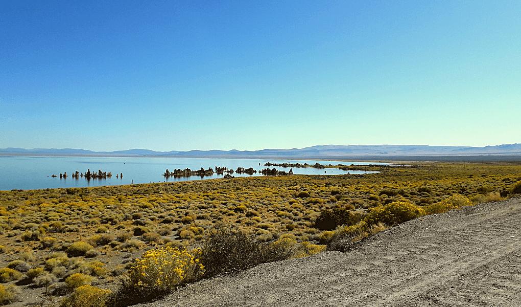 Mono Lake vanaf onverharde weg