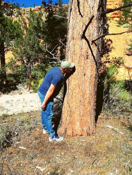 Tijn ruikt aan boom Casto Canyon
