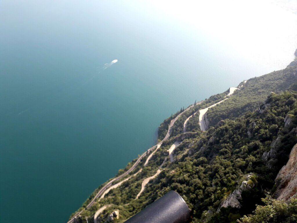 Uitzicht op Strada della Forra vanaf griezelterras
