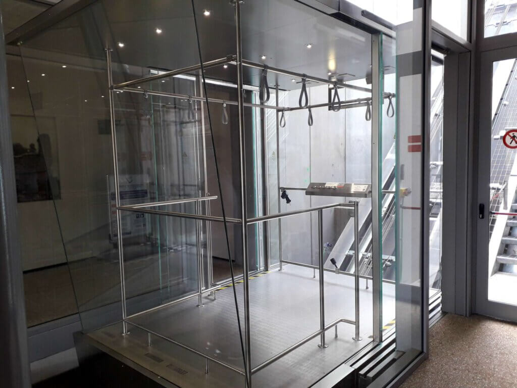 Glazen lift in Riva