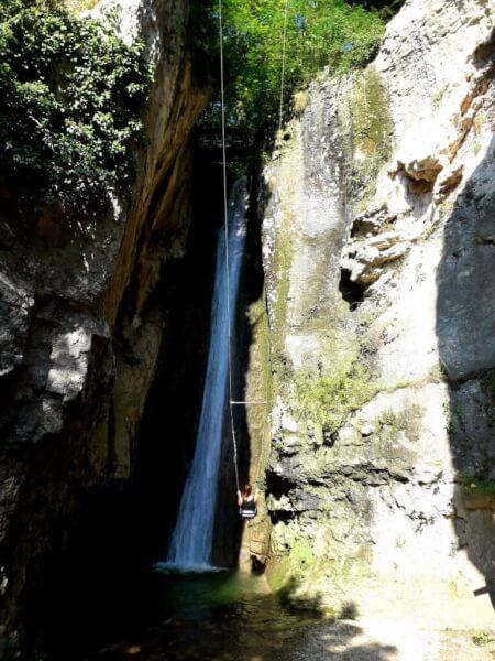 Schommelen bij waterval